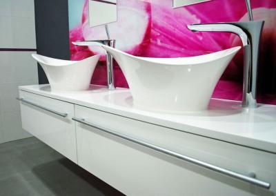 Fioletowa łazienka w luksusowym stylu