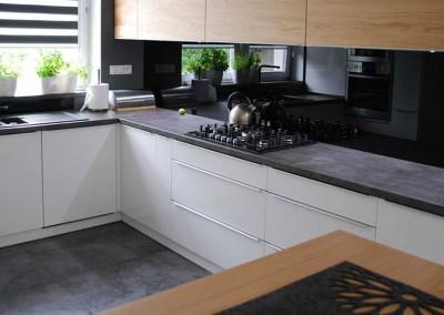 meble-kuchenne-mobiliani-w-odcieniach-szarosci-i-naturalnego-drewna-002