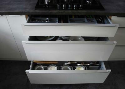 meble-kuchenne-mobiliani-w-odcieniach-szarosci-i-naturalnego-drewna-009