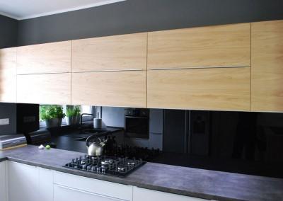 meble-kuchenne-mobiliani-w-odcieniach-szarosci-i-naturalnego-drewna-011