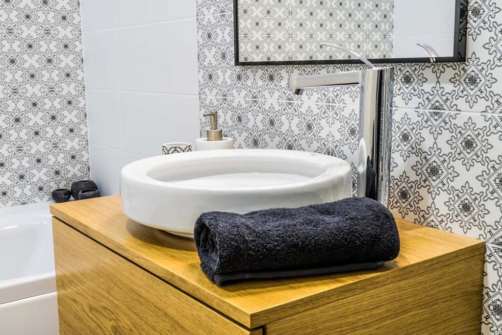 Eleganckie i nowoczesne wnętrze łazienki z szafką na wymiar