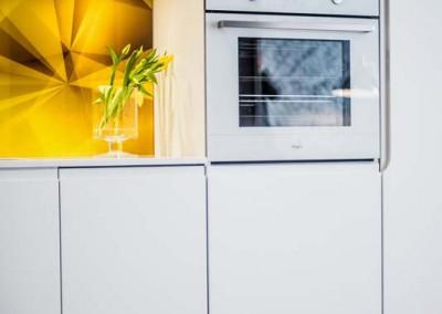 Zabudowa sprzętu w kuchni w kawalerce.