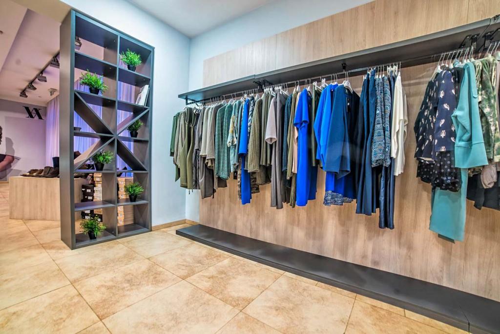 Modna garderoba w ekspozycji na unikalnych meblach w projekcie wnętrza sklepu.