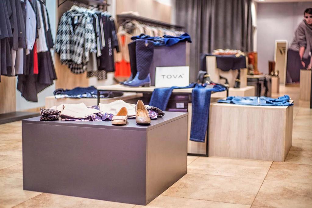 Kubiki sklepowe prezentujące towar w butiku w Bydgoszczy - Mobiliani Design.
