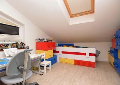 Realizacja projektu wnętrza kolorowego pokoju.