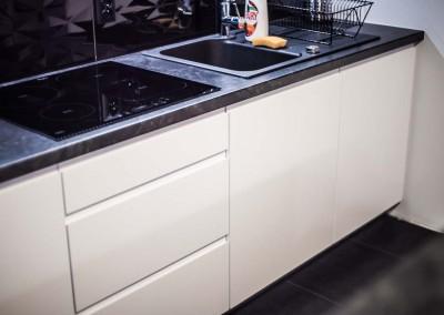 Nowoczesne białe fronty w minimalistycznym wydaniu dla wnętrza kuchni.