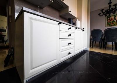 Zbliżenia na eleganckie meble w aranżacji wnętrza kuchni.