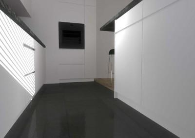 Istotną częścią aranżacji tego wnętrza są funkcjonalne meble kuchenne na wymiar