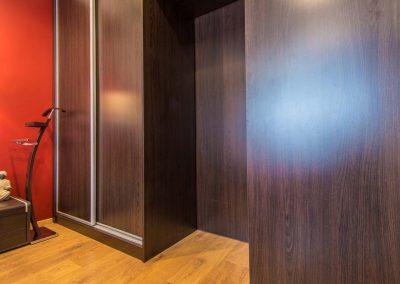 Ciemne meble w sypialni zaprojektowane przez architekta z Bydgoszczy.
