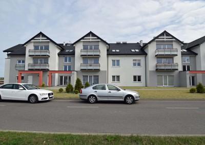 Widok z zewnątrz na zaprojektowane i zaaranżowane wnętrze apartamentu w Darłówku przez Mobiliani Design.