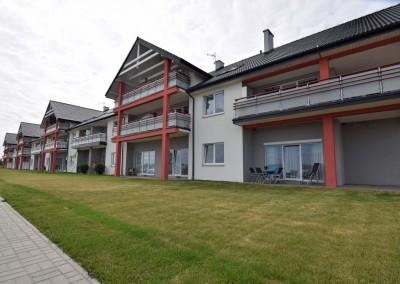 Apartament w Darlówku z zaprojektowanym wnętrzem widziany od zewnątrz.