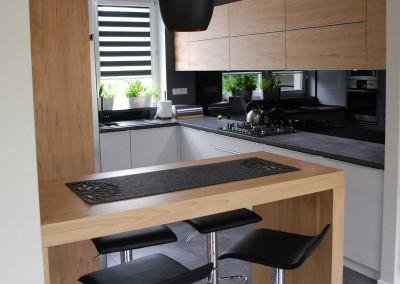 meble-kuchenne-mobiliani-w-odcieniach-szarosci-i-naturalnego-drewna-001