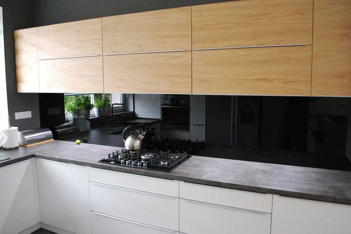 nowoczesna kuchnia w szarości i drewnie mobiliani design