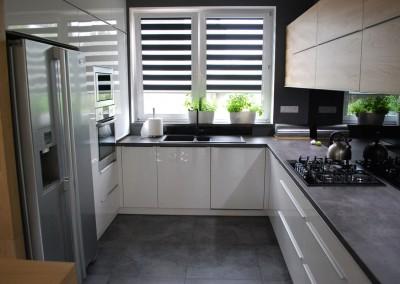 meble-kuchenne-mobiliani-w-odcieniach-szarosci-i-naturalnego-drewna-005