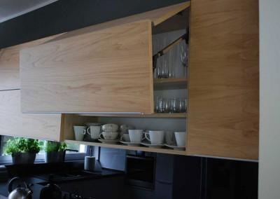 meble-kuchenne-mobiliani-w-odcieniach-szarosci-i-naturalnego-drewna-010