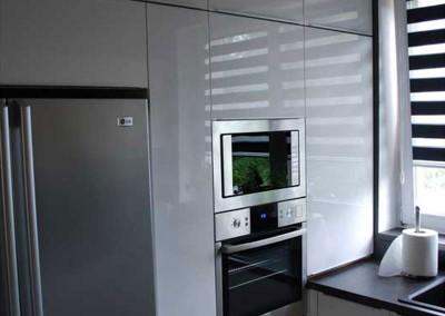 meble-kuchenne-mobiliani-w-odcieniach-szarosci-i-naturalnego-drewna-012