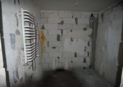 Stan deweloperski apartamentu - łazienka przed wykonaniem pierwszych prac.