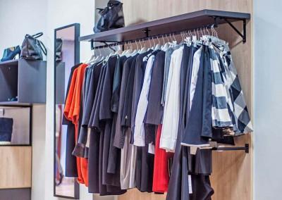 Wieszaki z półkami idealne dla wnętrza butiku - wygodne i komfortowe rozwiązanie dla klientów.