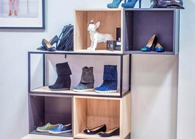 Realizacja ściany z kubikami na buty w ekspozycji ubrań i butów.