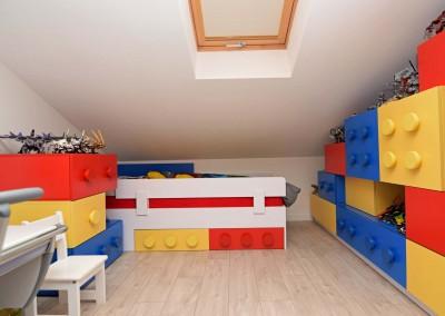 Wnętrze dziecięcego pokoju z łóżkiem w klimacie klocków.