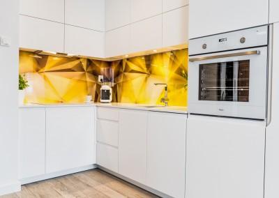 Niewielka kuchni zaprojektowana dla kawalerki w Bydgoszczy.