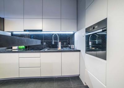 Projekt wysokiej zabudowy we wnętrzu nowoczesnej kuchni w Bydgoszczy.
