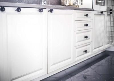 Klasyczne fronty szafek w meblach dla wnętrza kuchni.