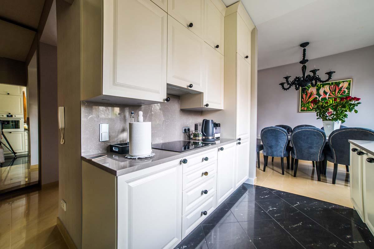 Stylowa kuchnia z otwartym wejściem do wnętrza salonu