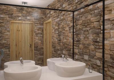 Ściana z dużym lustrem w toalecie.