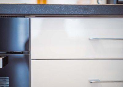 Zbliżenie na precyzyjne wykończenie mebli dla wnętrza kuchni.